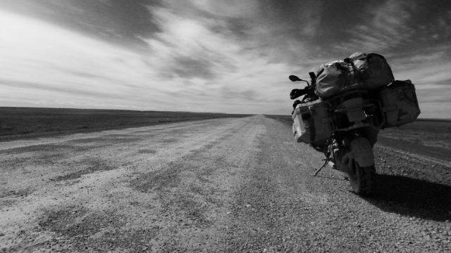 """""""LIVING TO RIDE"""" LA MIRADA DE UN MOTOCICLISTA ERRANTE"""
